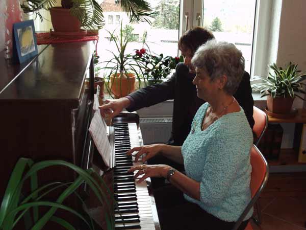 Der Klavierlehrer Thomas Bruck im Unterricht