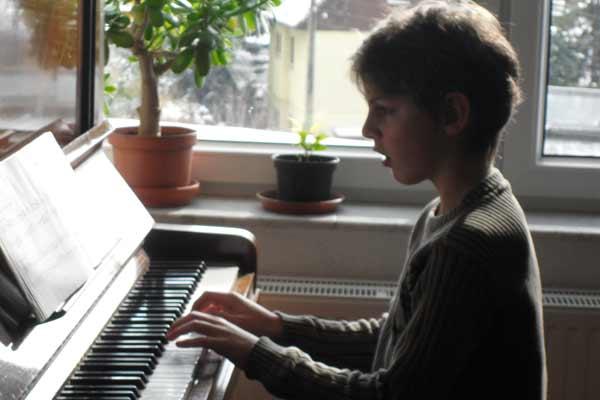 Klavierschüler beim Üben